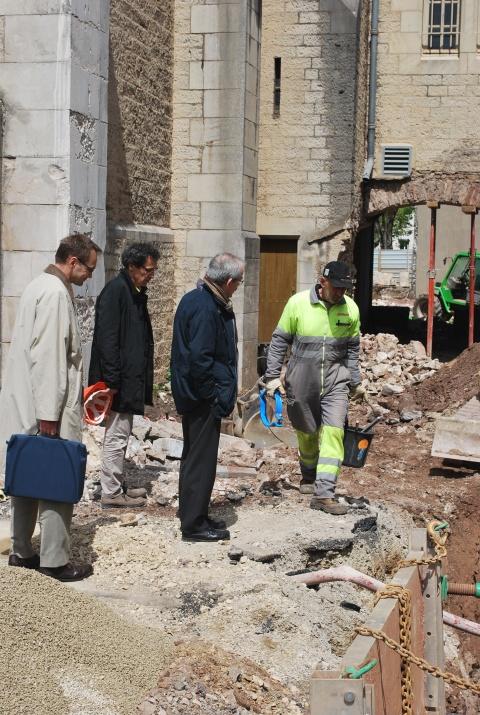 Jean-Marc Levesque (2ème en partant de la gauche), lors d'une visite de chantier, en avril 2015, avec Mgr Fonlupt  et M. Xavier Cazals, économe diocésain